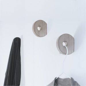 Nordic Function Hook to hang knage til tøj og bøjler design hook in oak for clothes and hangers
