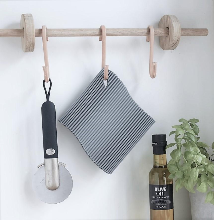 Nordic Function Hook to hang og rundstok til ophængning af køkkenudstyr kitchen hanging area oak