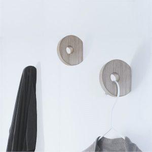 Nordic Function Hook to hang knage til tøj og bøjler design hook in oak for clothes and hangers