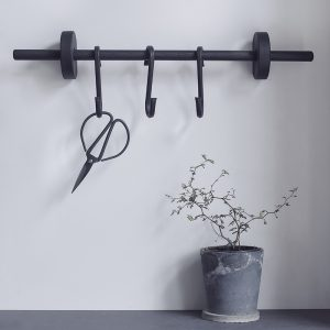 Nordic Function Hook to hang opbevaring til køkkenet i sort eg hanging area for your kitchen in black oak Scandinavian style